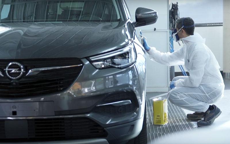 Limpieza superficie coche con desengrasante al agua