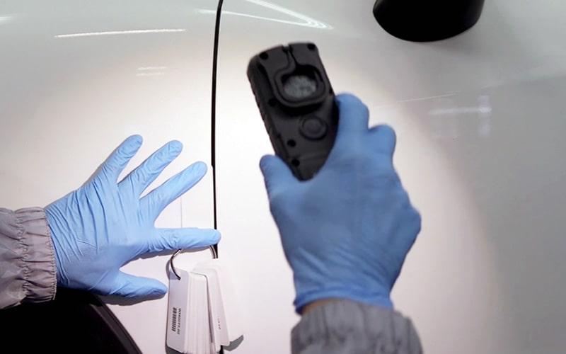 Comprobación de color en un coche con pistola de luz